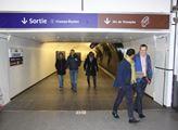 Poblíž něj stojí stanice metra Charles de Gaulle –...
