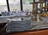 V popředí zdobené talíře s námořnickou tématikou