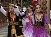 Tanečníci při uvítacím rituálu vstupu návštěvníků ...