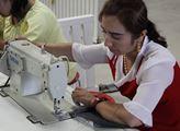 Dívka při hodině šití v centru průpravy profesních...