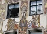 Některé domy hýří historickými freskami