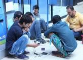 Imigranti v Subotici na nádraží nabíjí své chytré ...