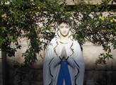 Ve svatostáncích křesťanské čtvrti Ankawa, která l...