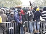 Uprchlíci tvoří fronty na autobusy
