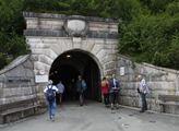 Vstup do tunelu, na jehož konci je ve středu hory ...