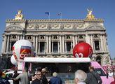 Sešli se u budovy pařížské opery