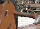 Pozůstatek po opilectví na dětském hřišti v Hostiv...