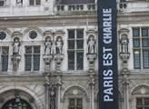 Černý prapor sděluje, že Paříž je Charlie