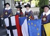 Hosty vzpomínkového shromáždění vítali vlajkonoši