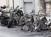 Spálené motorky v ulici Albert Thomas