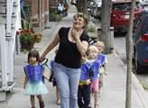 Mateřinka na procházce po městě