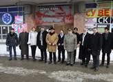 Česká delegace ve Stalingradu před klubem, kde byl...