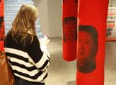 Autory výstavy jsou umělci Elinor Milchan, Antuan ...