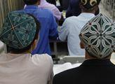 Ujgurové nosí vyšívané čepičky