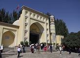 Vstup do mešity Id Kah, která je největší v Číně. ...