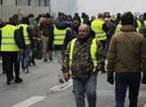 Demonstranti ve žlutých reflexních vestách protest...