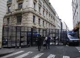 Policejní zábrany v ulicích Paříže