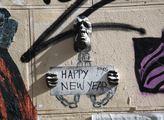 V Paříži se na zdech objevuje rozdílná propaganda....