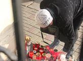 Před teplickou radnicí lidé zapalovali svíčky