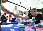 Andrej Babiš na setkání s příznivci podepisuje svo...