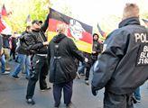 Strach obchází německou veřejností. Bojí se zmínit o uprchlících, islámu či vlastenectví. Zde je to černé na bílém