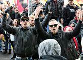 Obě radikální skupiny stojí kousek od sebe