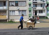 """Romové z Chanova přišli s peticí: Nechtějí """"čunkodomy"""" ani zadarmo. Opraví si ghetto sami, věří Piráti"""