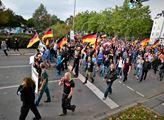 Lidé, protestující v Chemnitz proti imigraci
