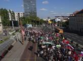 Protest proti imigrantům a koncert na jejich podpo...