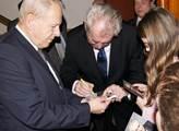 Prezident rozdával autogramy