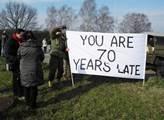 Lidé vítali konvoj transparenty