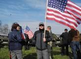 Lidé vítali konvoj, někteří měli s sebou i americk...
