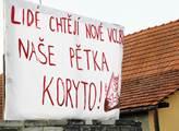 Tranparent, který obyvatelé obce umístili naproti ...