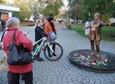 Lidé se zastavují u nové sochy Věry Špinarové v Hu...