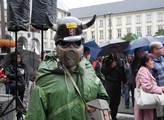Jeden z demonstrantů s plynovou maskou a helmicí d...