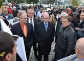 Vpravo od Sobotky je odborový předák těžební spole...