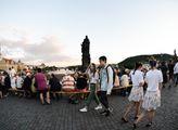 Na Karlově mostě proběhla slavnost, která byla sym...