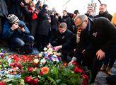 Zástupci TOP 09 pokládájí kytice k památníku 17. l...