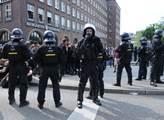 První den summitu G20. Demonstranti se snaží bloko...