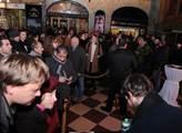 U pražského kina Lucerna před zahájením setkání s ...