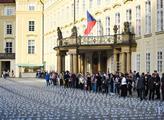 Zapálení svíček na nádvoří Pražského hradu za obět...