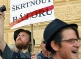 Proti Bátorovi demonstrovaly stovky lidí. V jejich čele Liška
