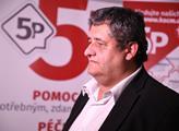 Místopředseda KSČM Petr Šimůnek při sčítání hlasů