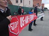 Mírový pochod proti vrtulníkové americké základně ...