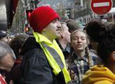 Žluté vesty s anarchisty před luxusním obchodním d...