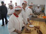 Dívky se v kuchyni učí péct cukroví