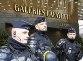 Policisté bránící luxusní obchodní dům Galeries La...