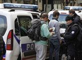 Policisté legitimují demonstranty