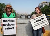 Demonstrující před Slovanským ostrovem. Vpravo Len...