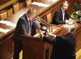 Ministr zdravotnictví Svatopluk Němeček přinesl do...